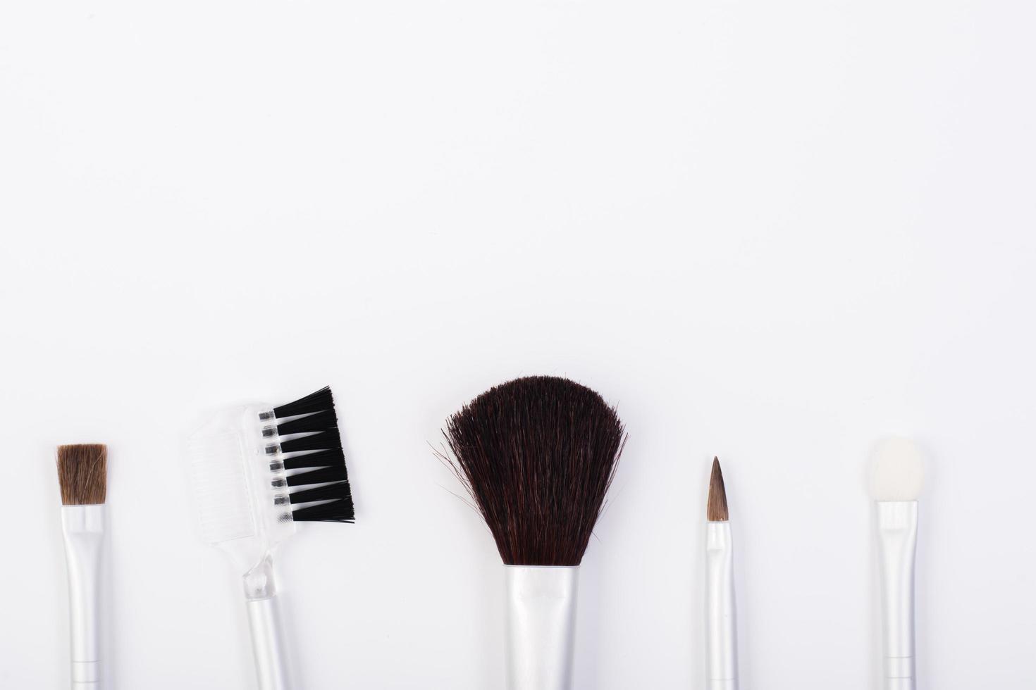 pinceaux de maquillage isolés sur fond blanc photo