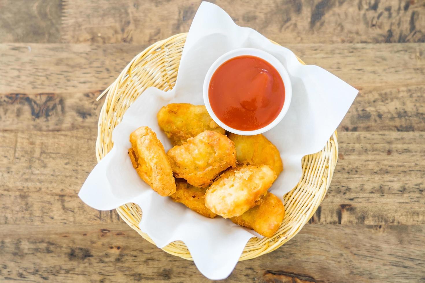nuggets de poulet frits croustillants avec sauce tomate photo
