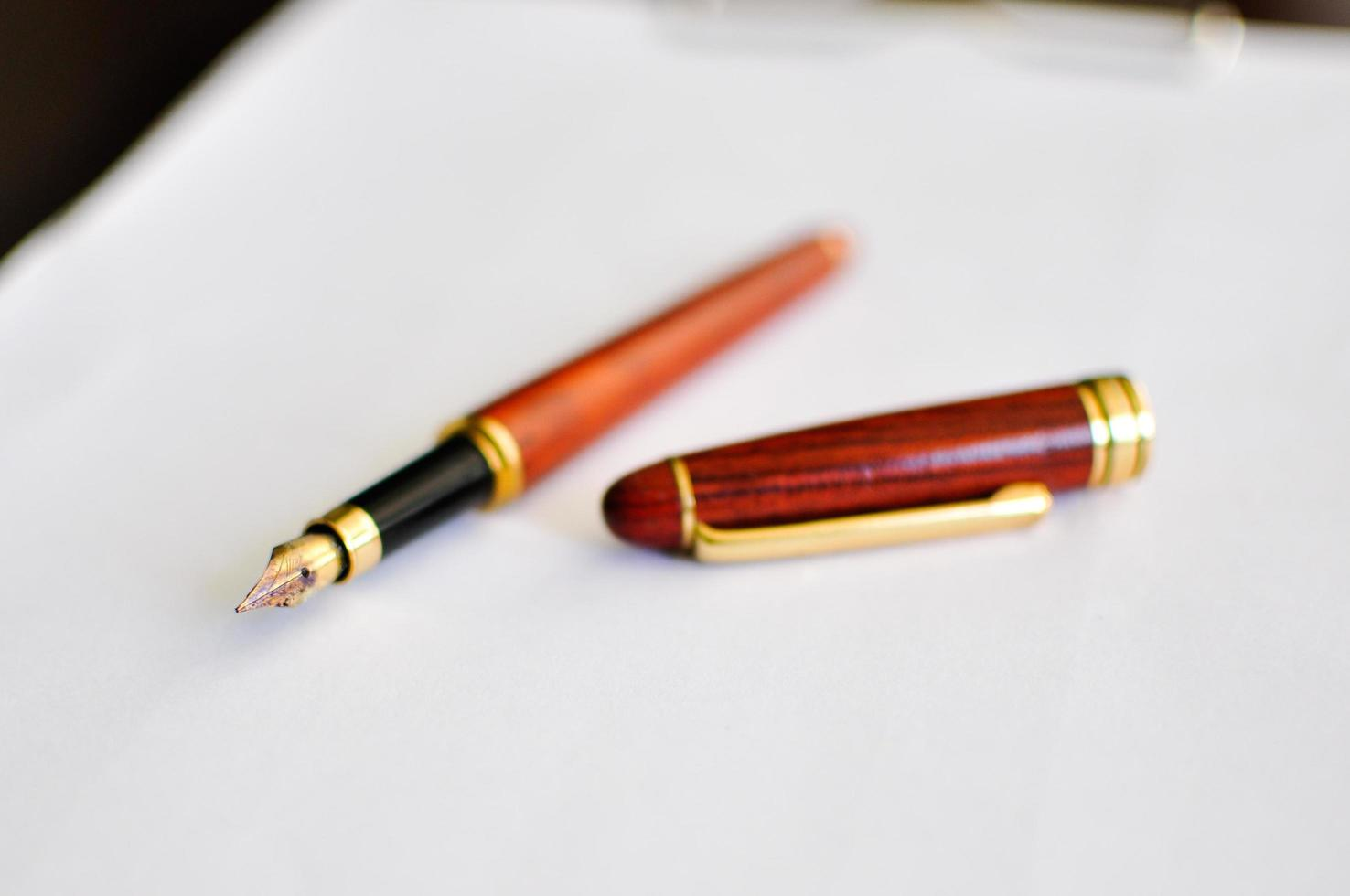 stylo plume en bois sur papier photo