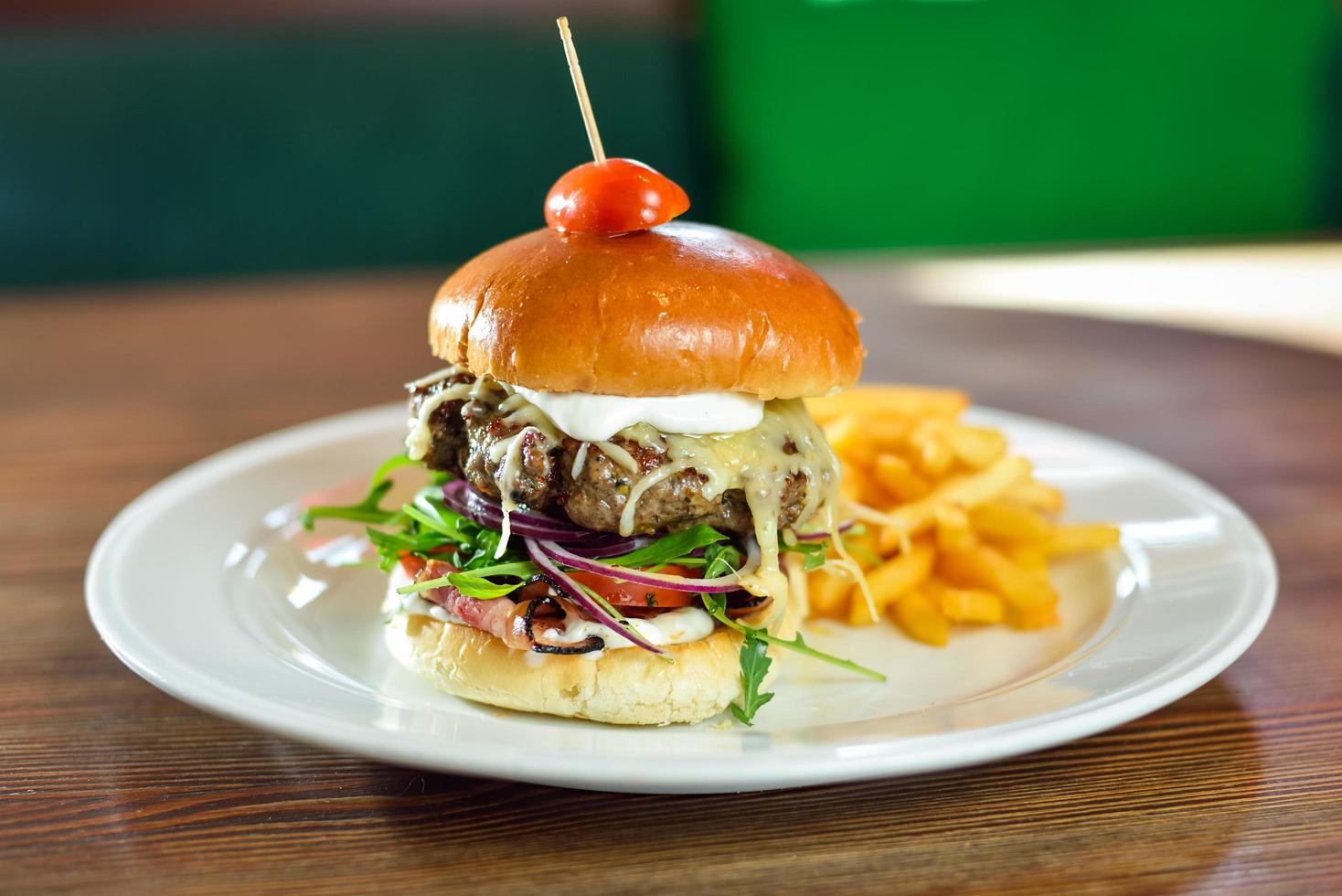 curseur de hamburger sur une assiette photo