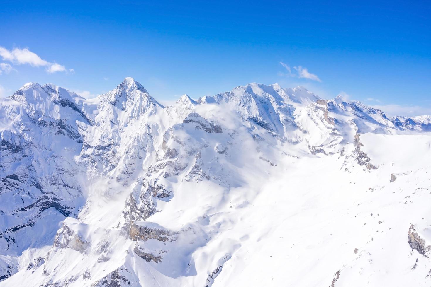 vue imprenable sur les alpes suisses photo
