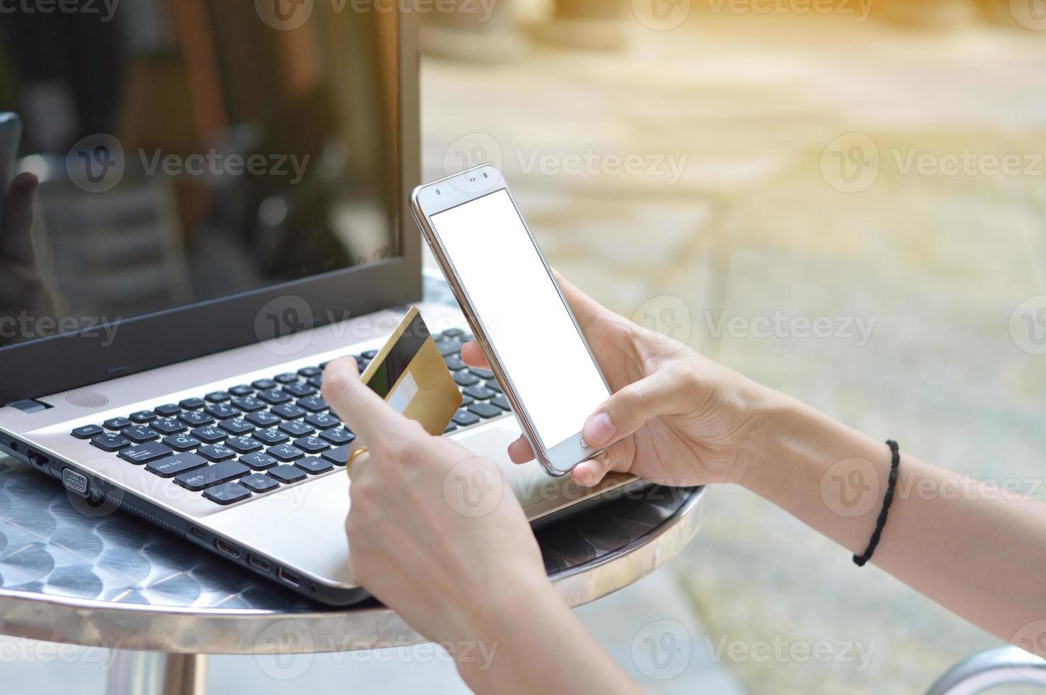 utiliser un smartphone pour acheter en ligne avec une carte de crédit photo