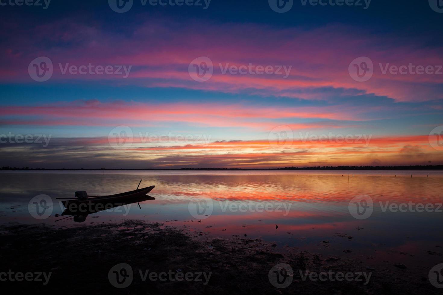 silhouette d'un bateau au coucher du soleil photo