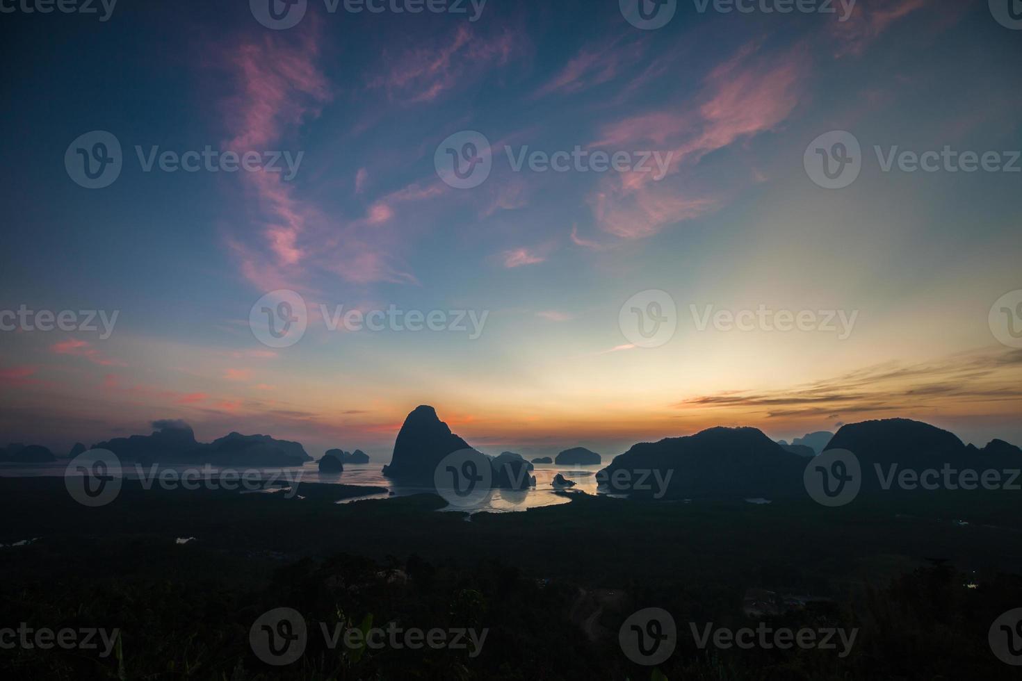 lever de soleil coloré sur l'océan et les rochers côtiers photo