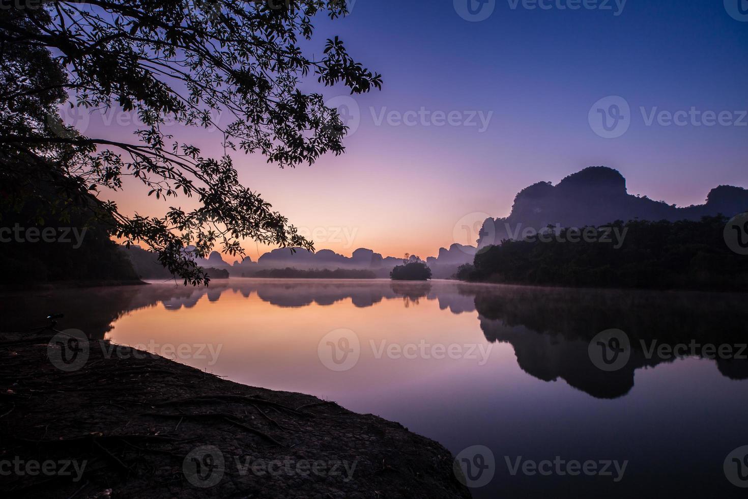 lever de soleil coloré sur l'eau photo