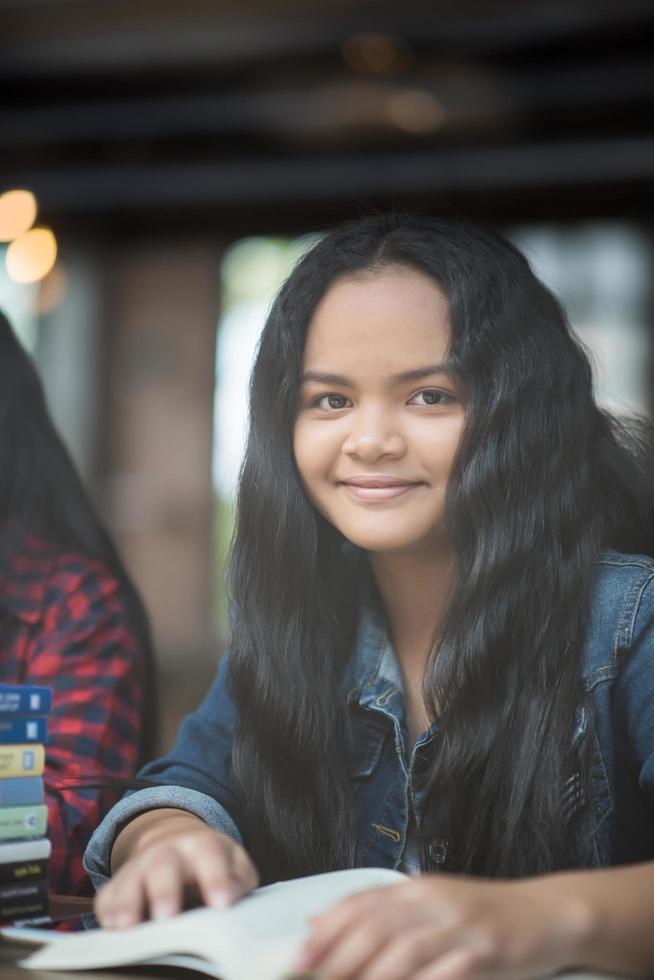 Portrait de jeune femme souriante dans un café café photo