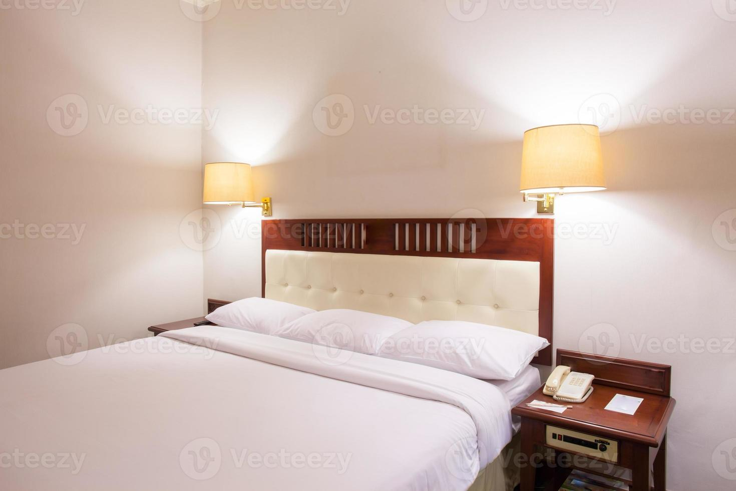 chambre blanche standard dans l'hôtel photo