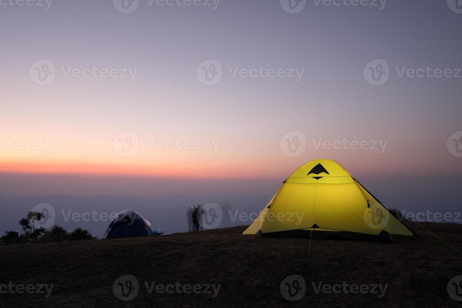 longue exposition de la tente de camping au coucher du soleil photo