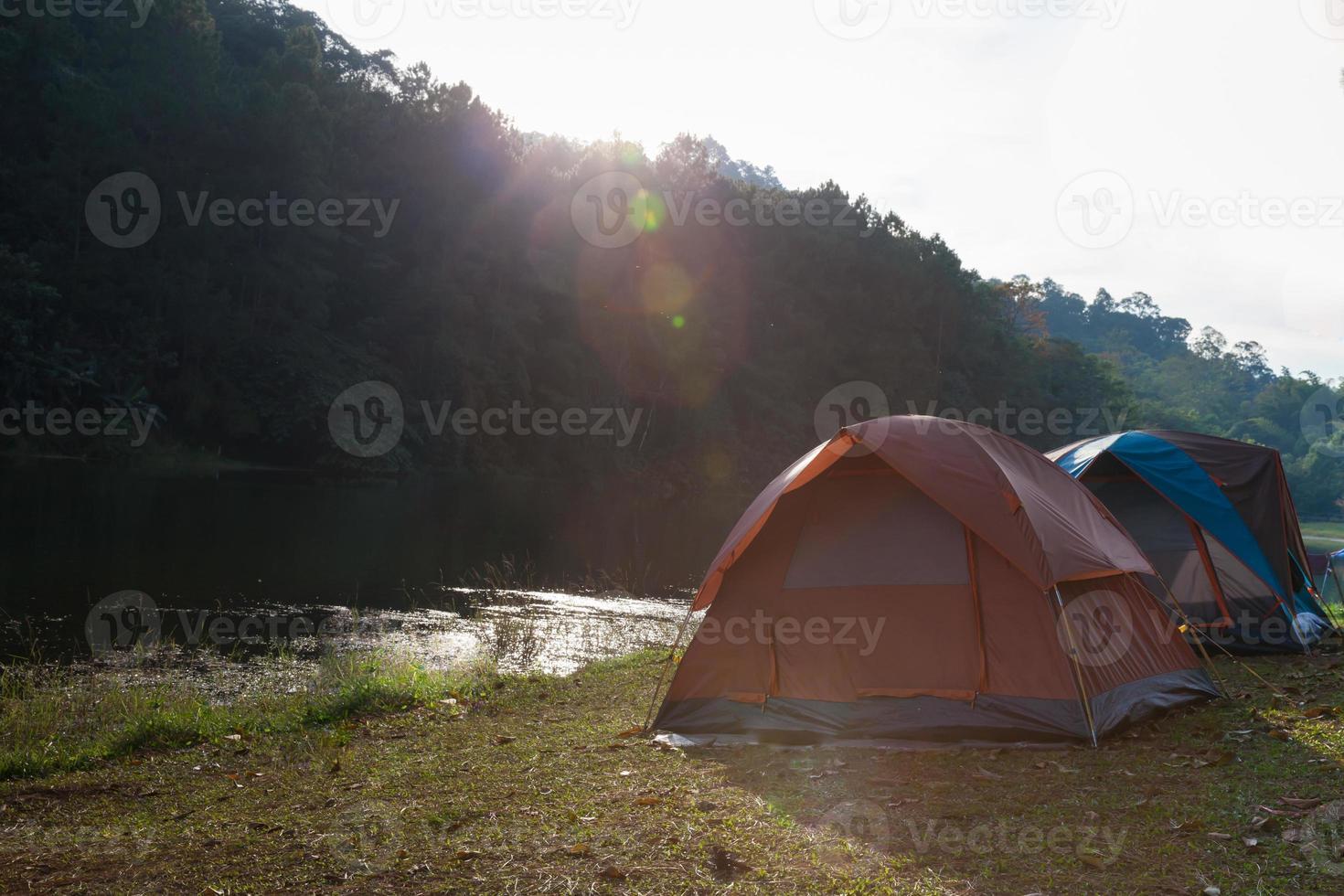 tentes près d'un ruisseau photo