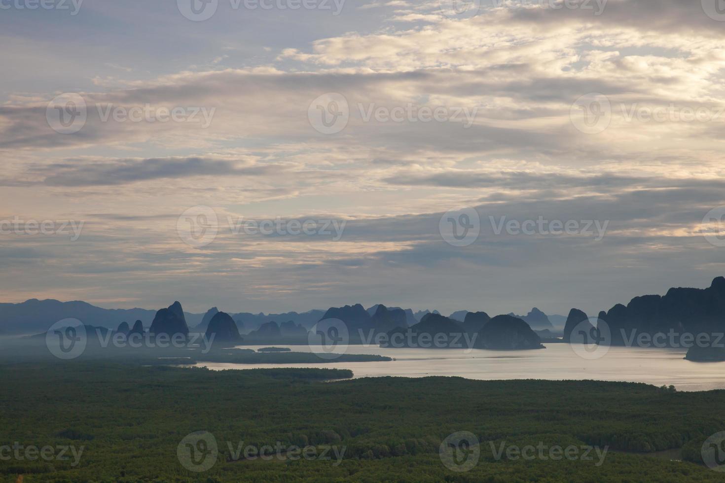 lever du soleil au-dessus des montagnes et de l'eau photo