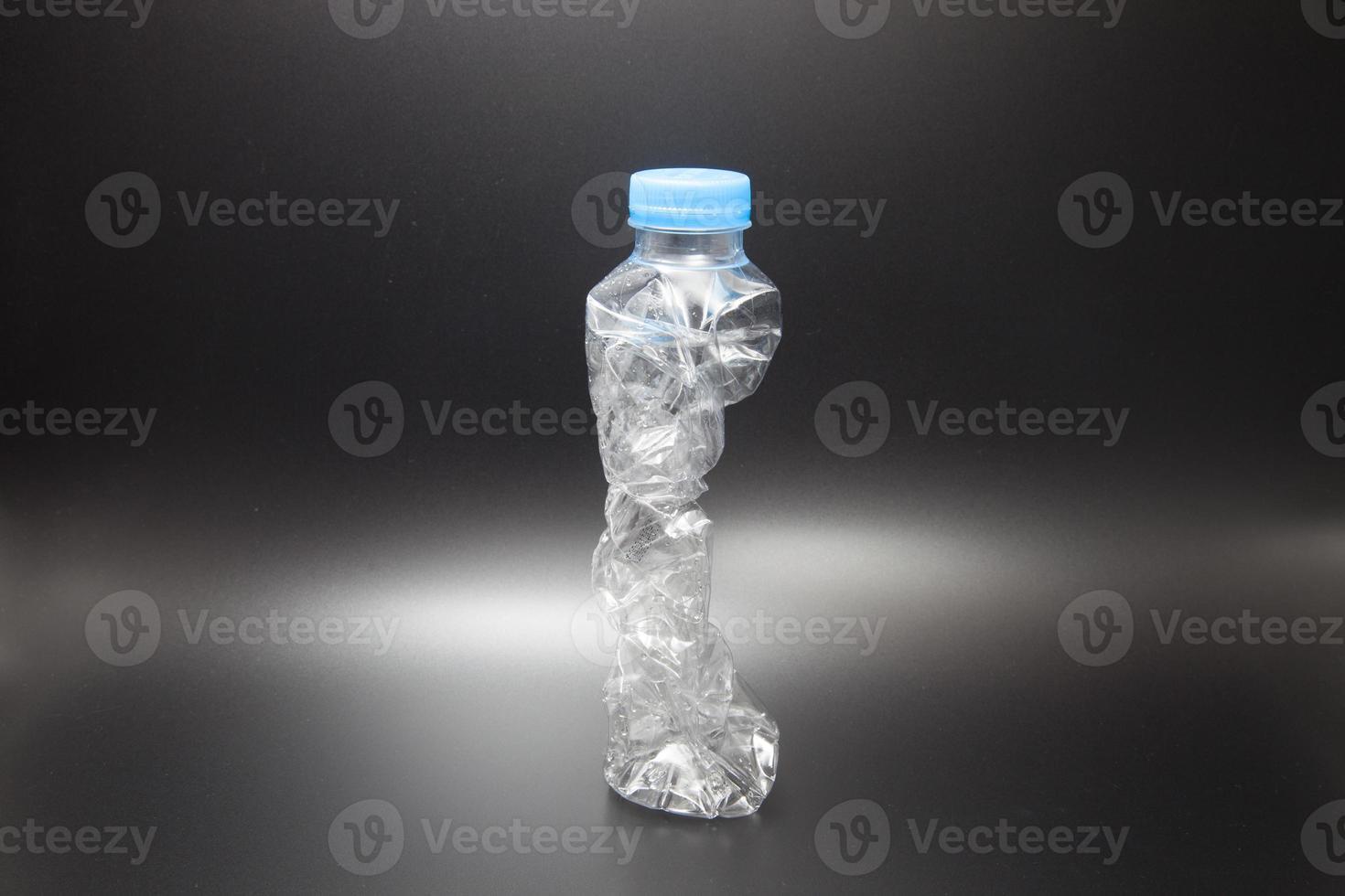 bouteille en plastique sur fond noir photo