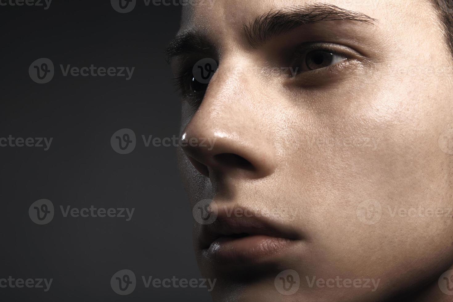 gros plan regard de beau jeune homme photo