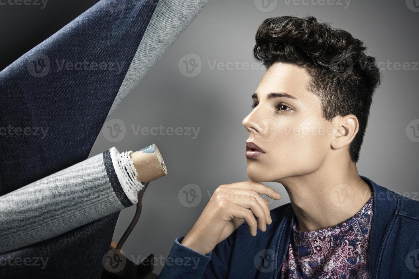 mode portrait de beau jeune homme photo