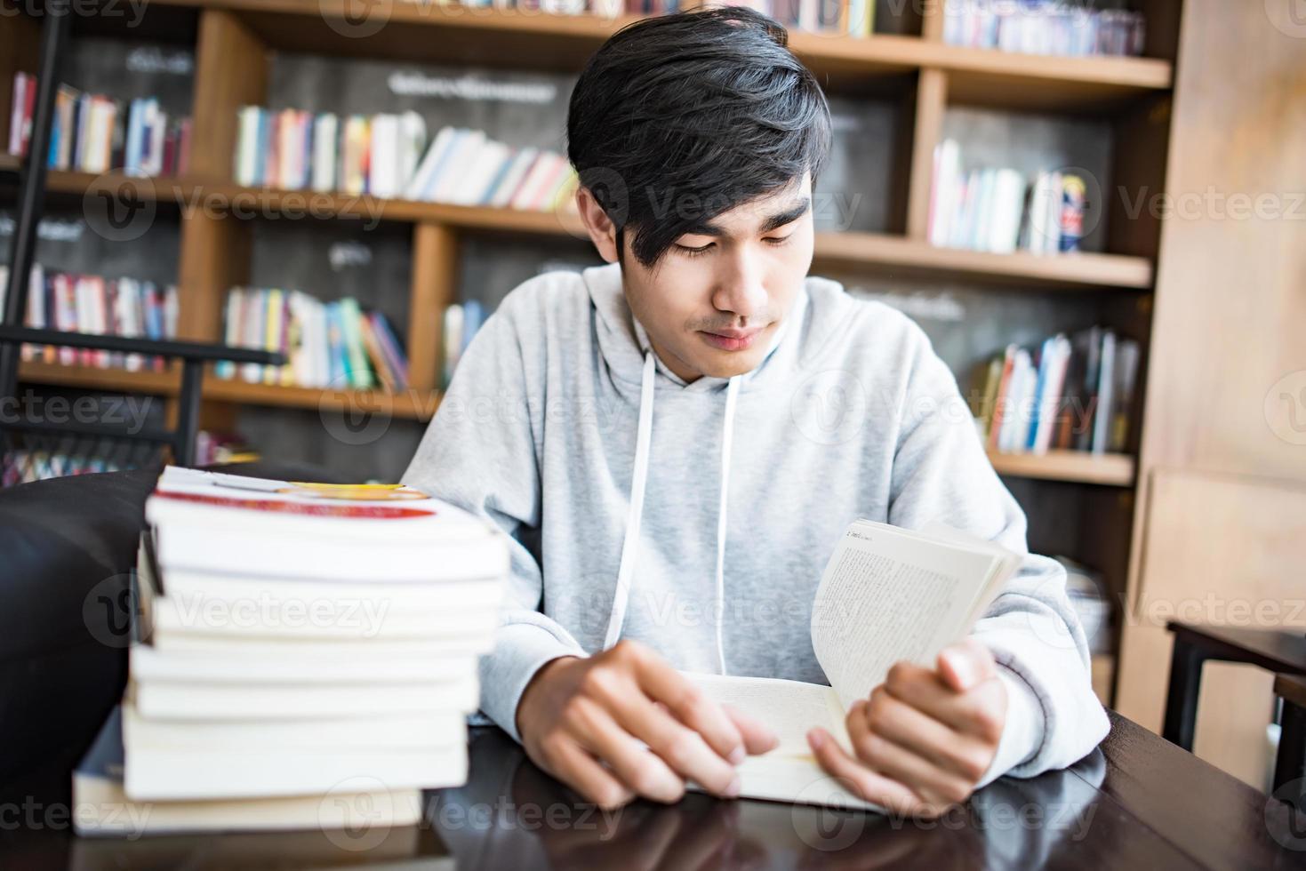 jeune homme, lecture livres, dans, a, café photo