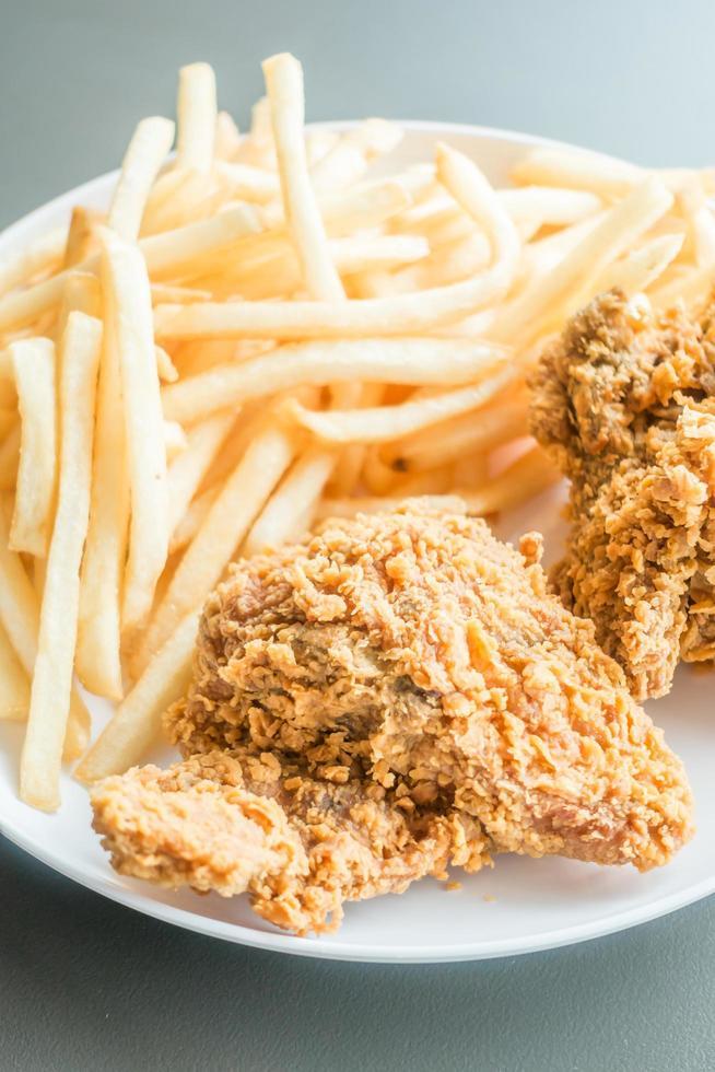 frites et poulet frit photo