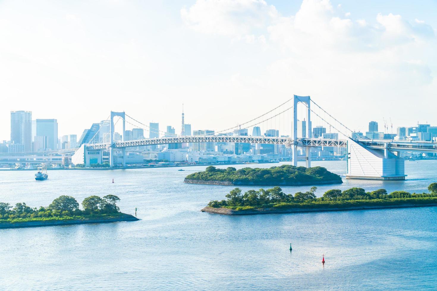 paysage urbain de la ville de tokyo avec le pont arc-en-ciel photo