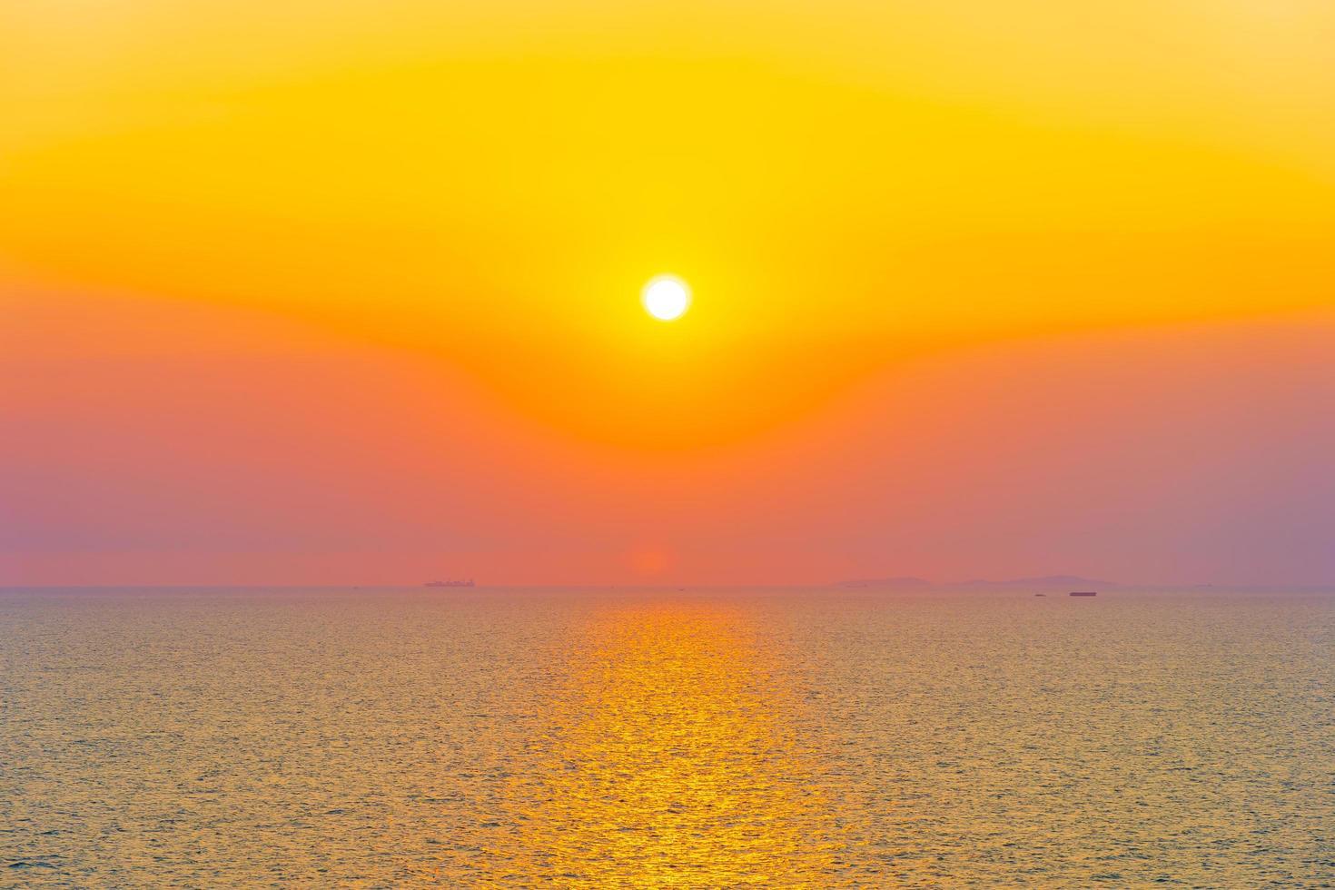 beau coucher de soleil ou lever de soleil à l'océan photo