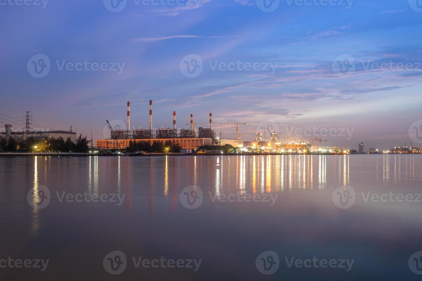 reflet des lumières de la ville dans l'eau photo