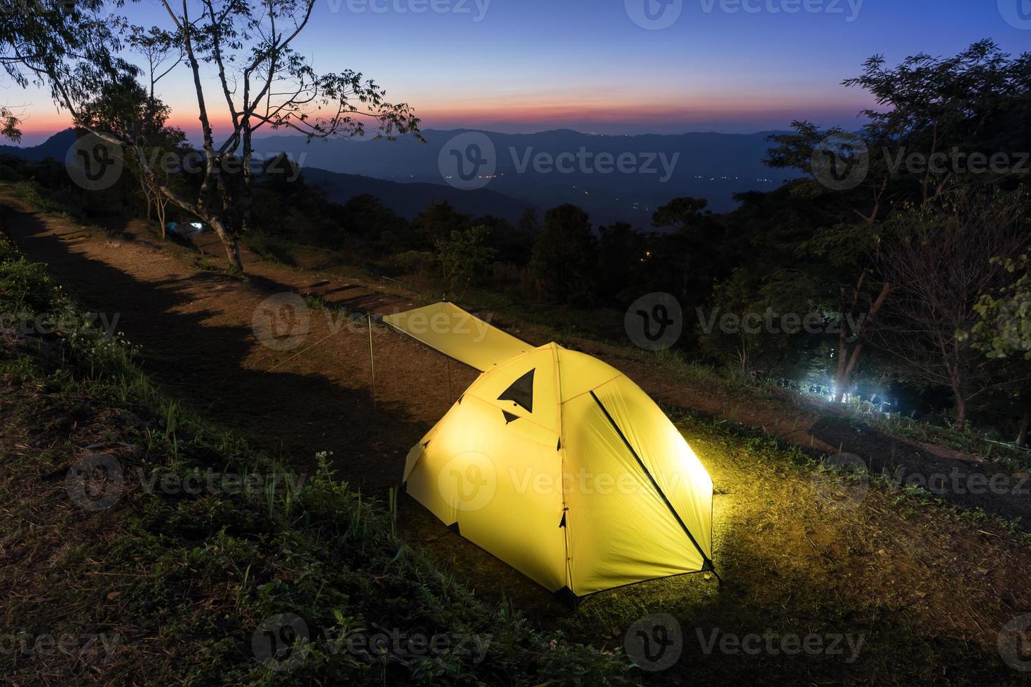 tente de camping à flanc de montagne photo