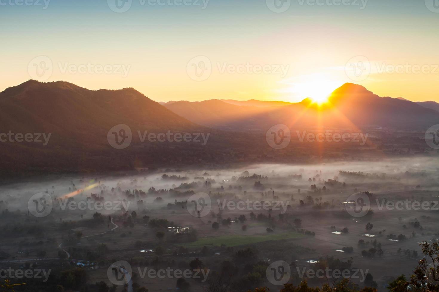 lever du soleil sur une ville brumeuse photo