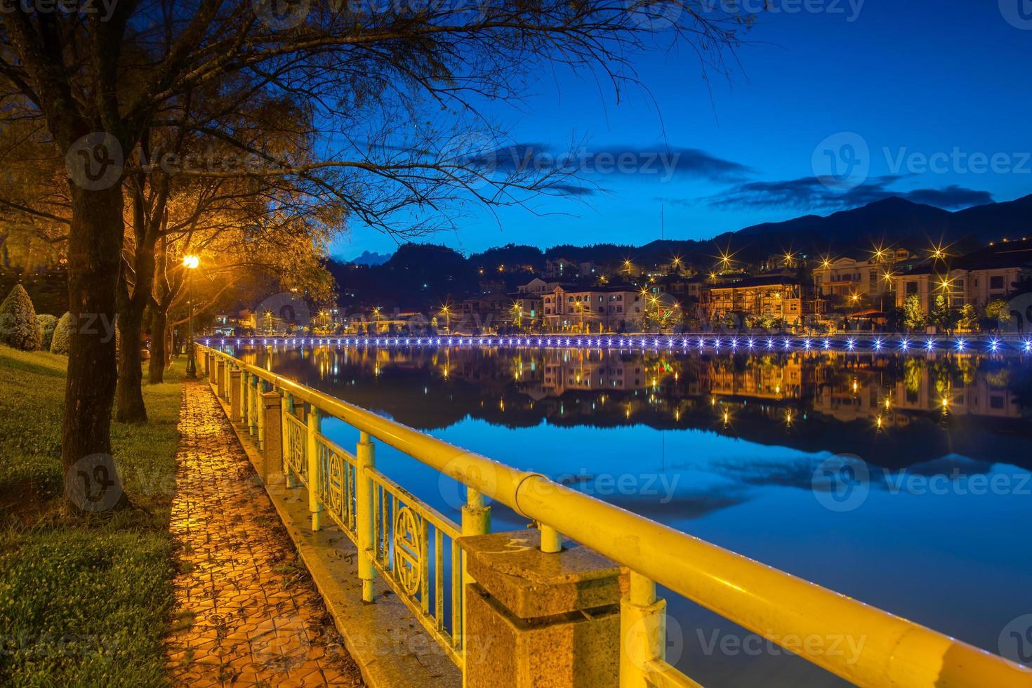 paysage urbain de nuit avec de l'eau photo