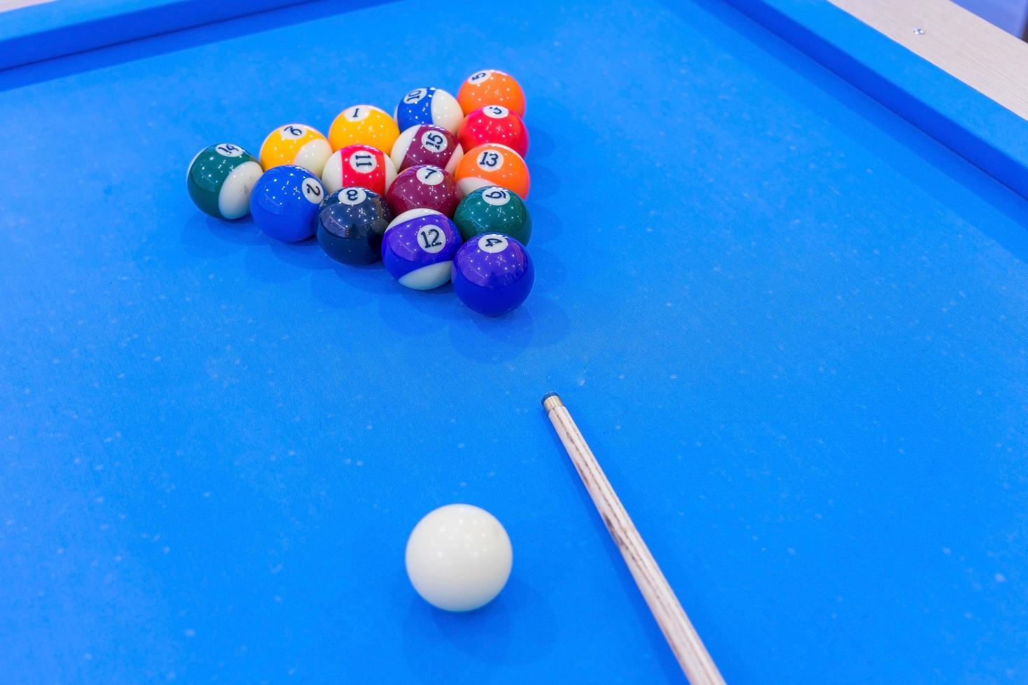 boules de billard sur table bleue photo