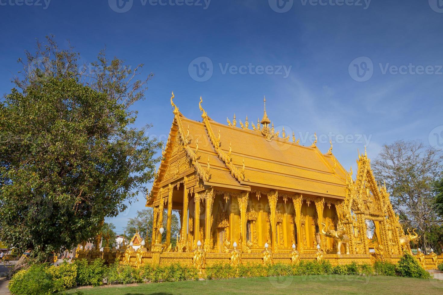 Chachoengsao, Thaïlande, 2020 - le temple wat paknam jolo sous un ciel bleu photo