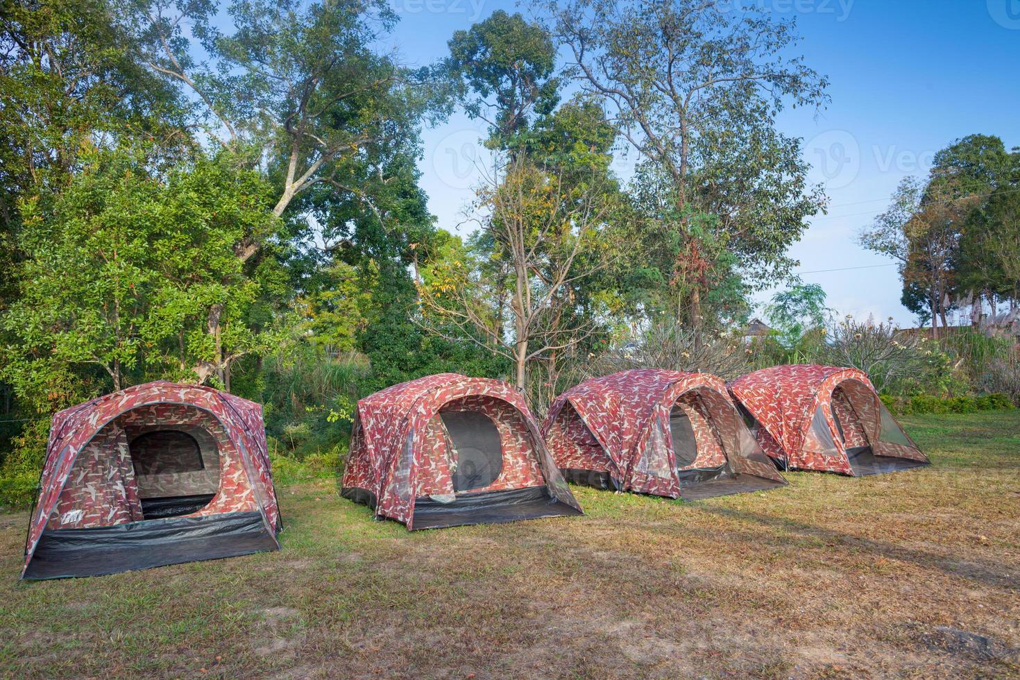 rangée de tentes de camping photo