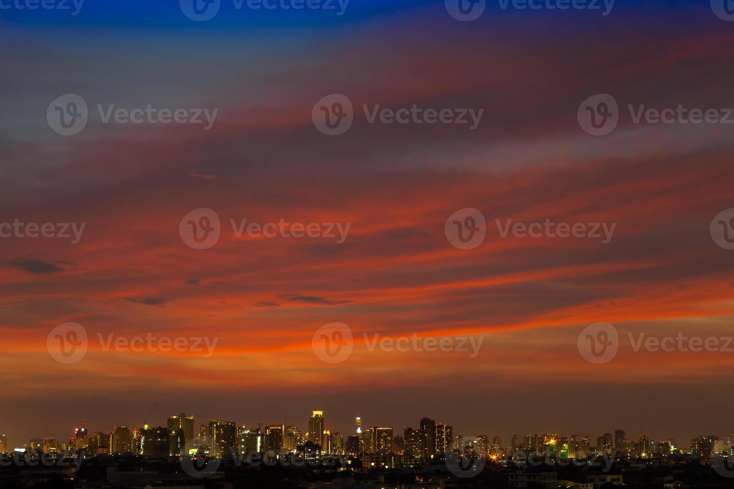 paysage urbain avec un coucher de soleil coloré photo