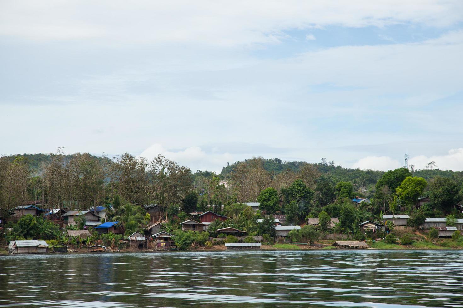 village situé au bord de l'eau en thaïlande photo