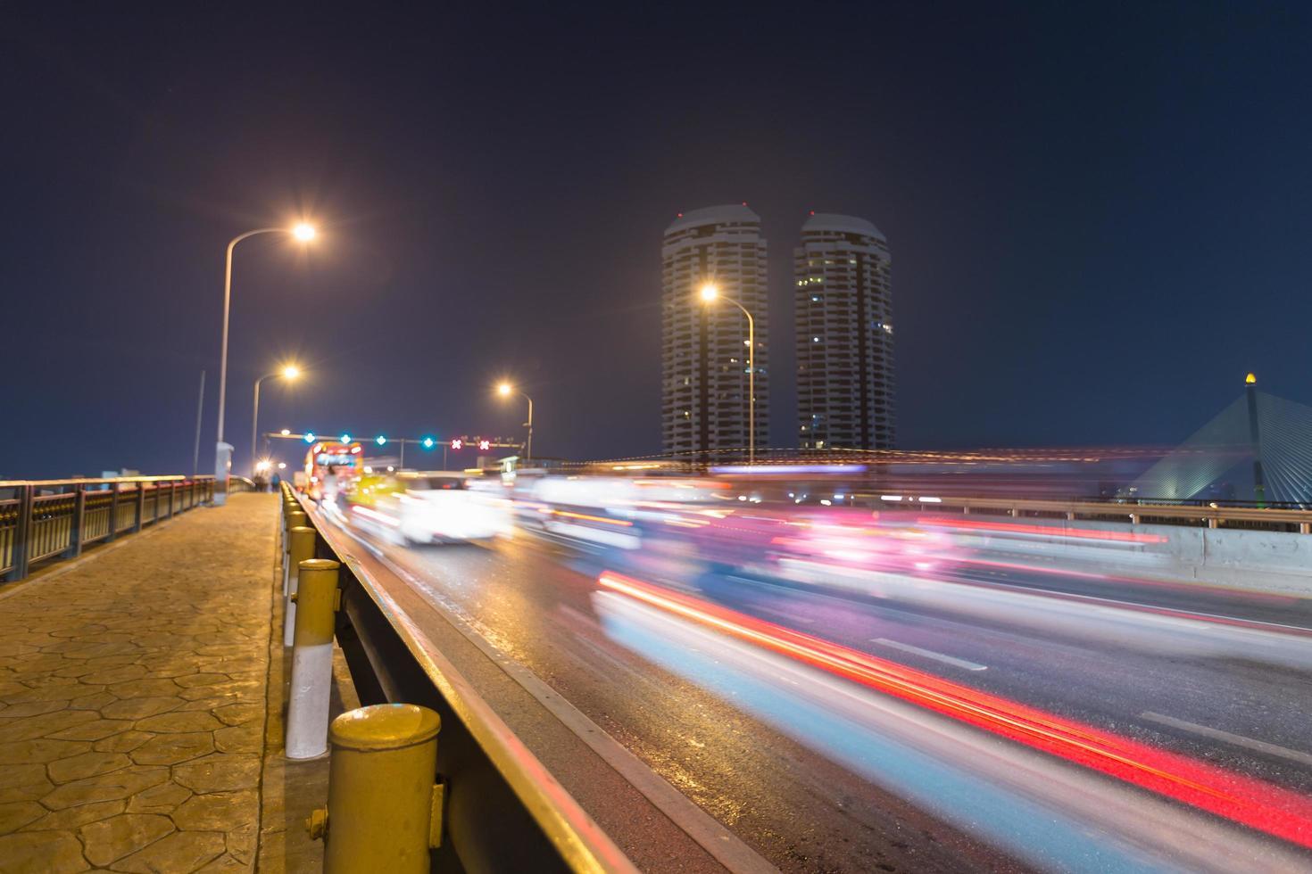 Circulation automobile sur le pont à Bangkok, Thaïlande photo
