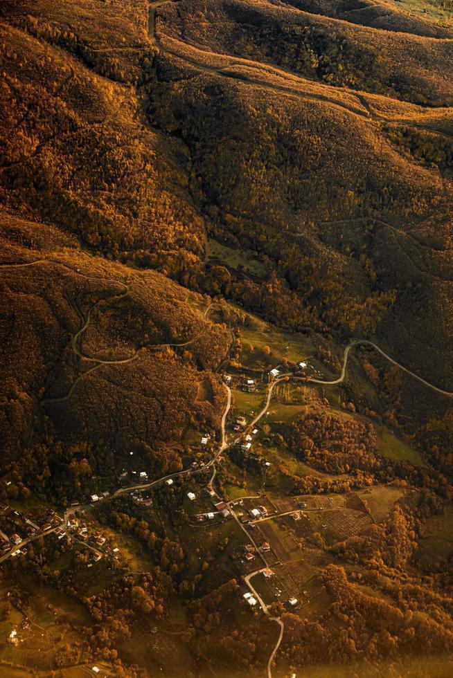 photo aérienne d'un petit village de montagne