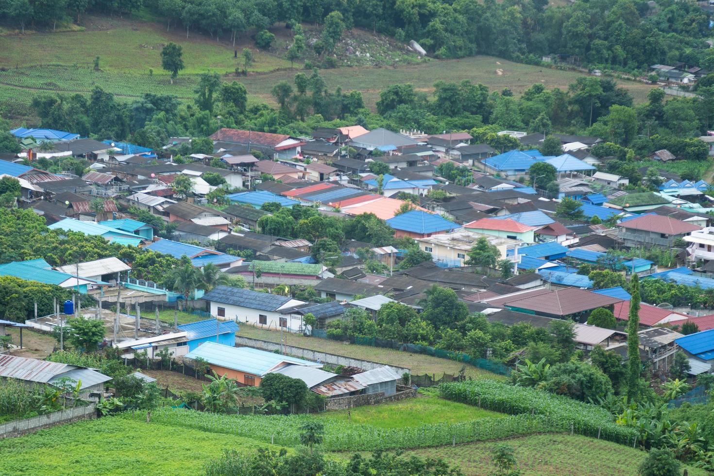 village au pied de la montagne photo