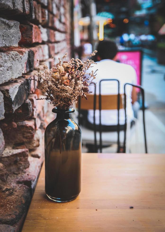 vase rustique sur table de café photo