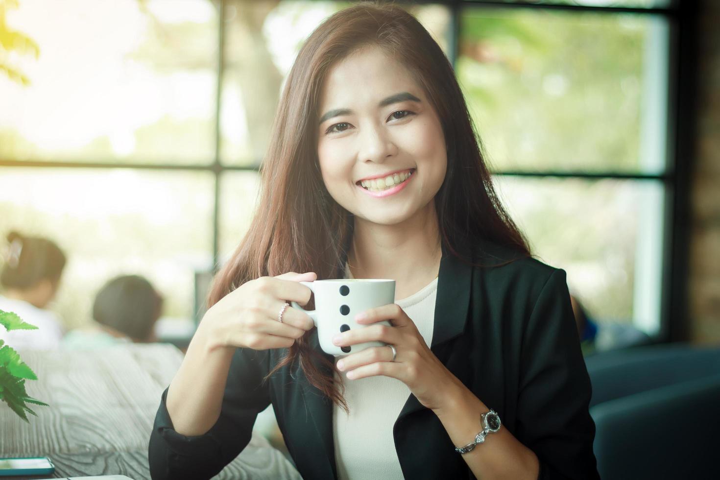 femme d'affaires asiatique sourit photo