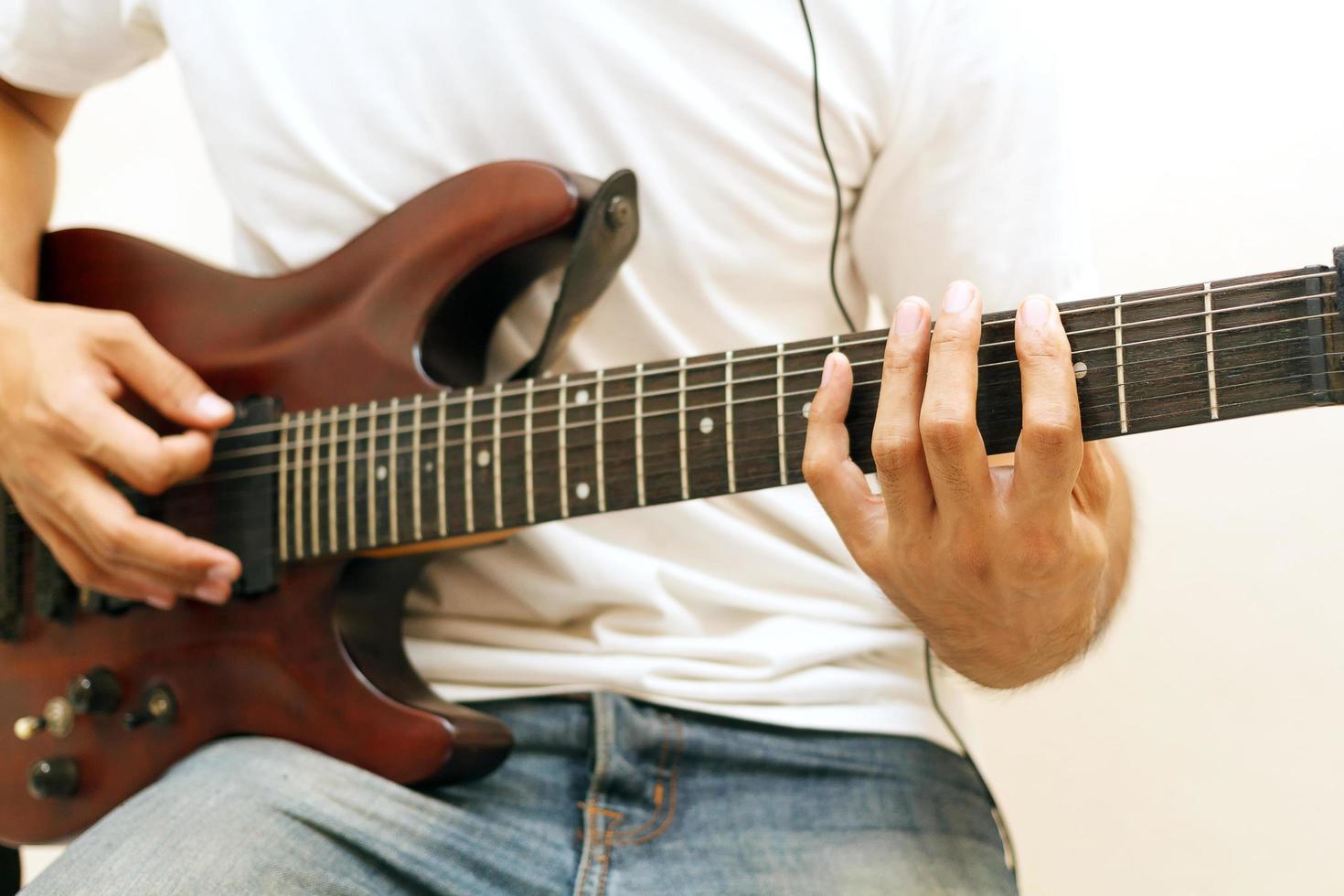homme jouant de la guitare électrique photo