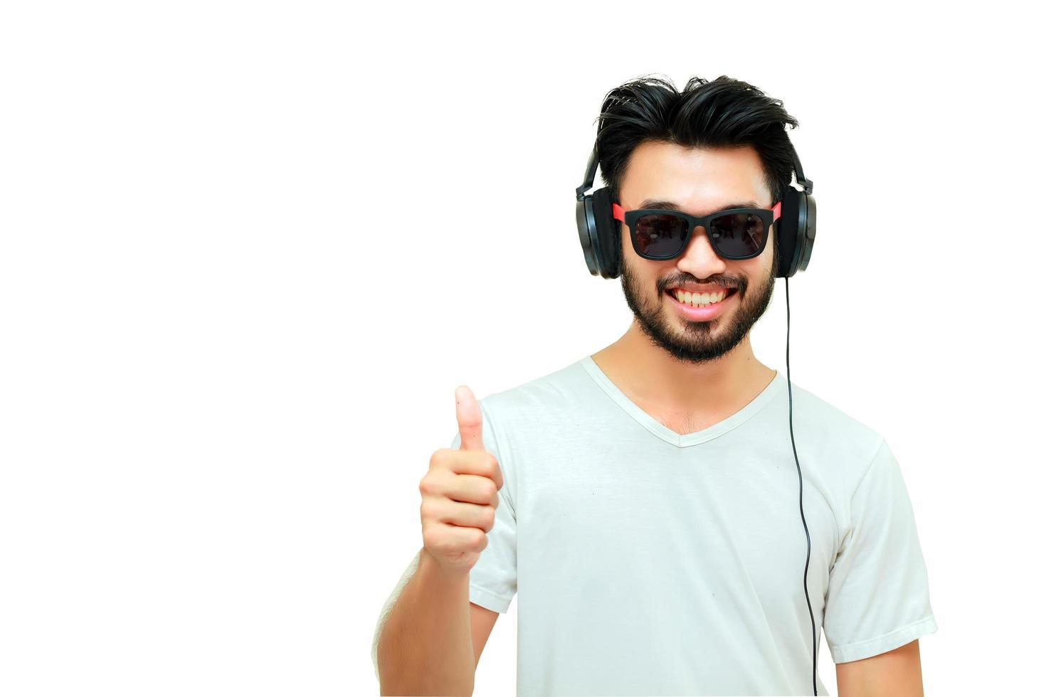 homme asiatique portant des écouteurs sur fond blanc photo