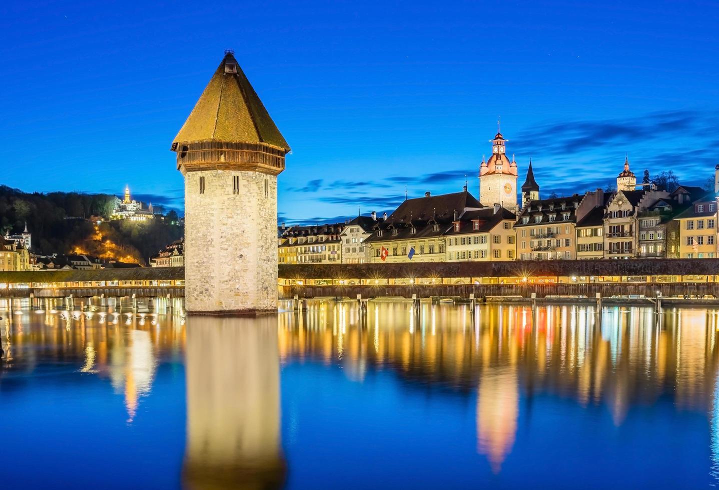 Centre-ville de Lucerne avec pont de la chapelle et le lac des Quatre-Cantons, Suisse photo
