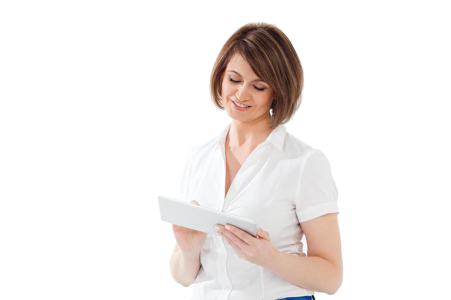 femme utilisant une tablette sur fond blanc photo