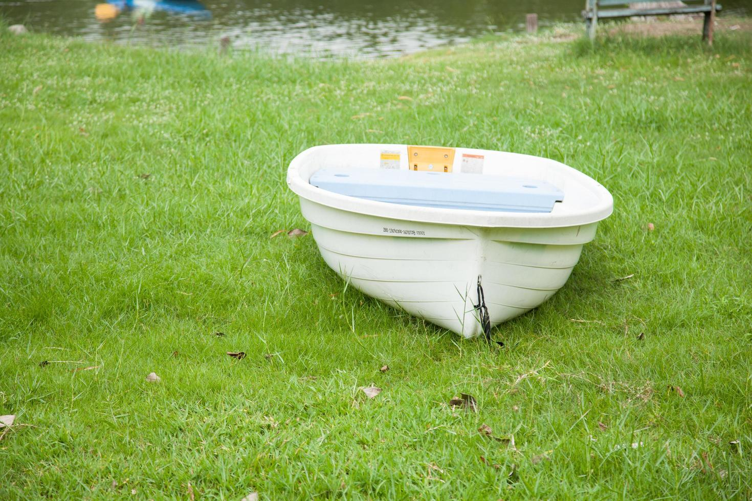 bateau au bord du lac photo