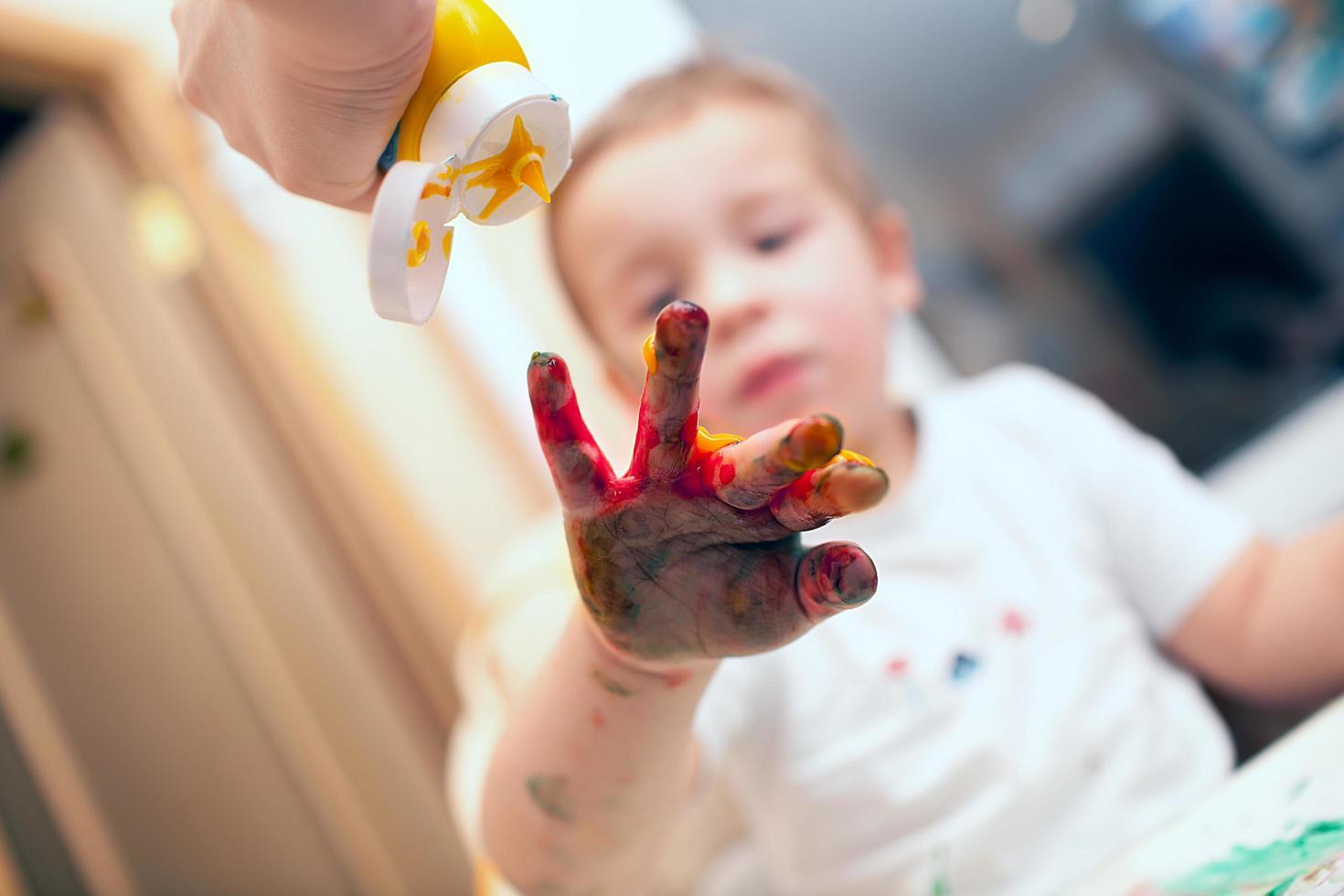 peinture au doigt garçon photo