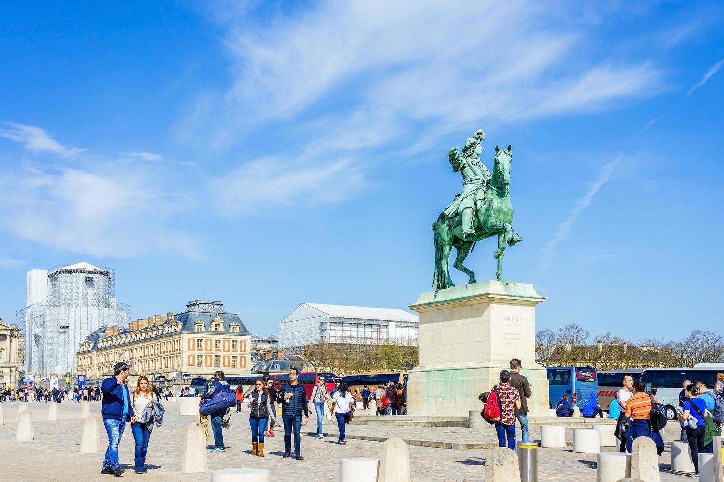 Place d'armes en face du palais royal de versailles en france photo