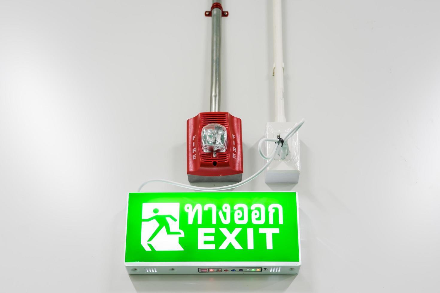 alarme de protection incendie et panneau de sortie de secours photo