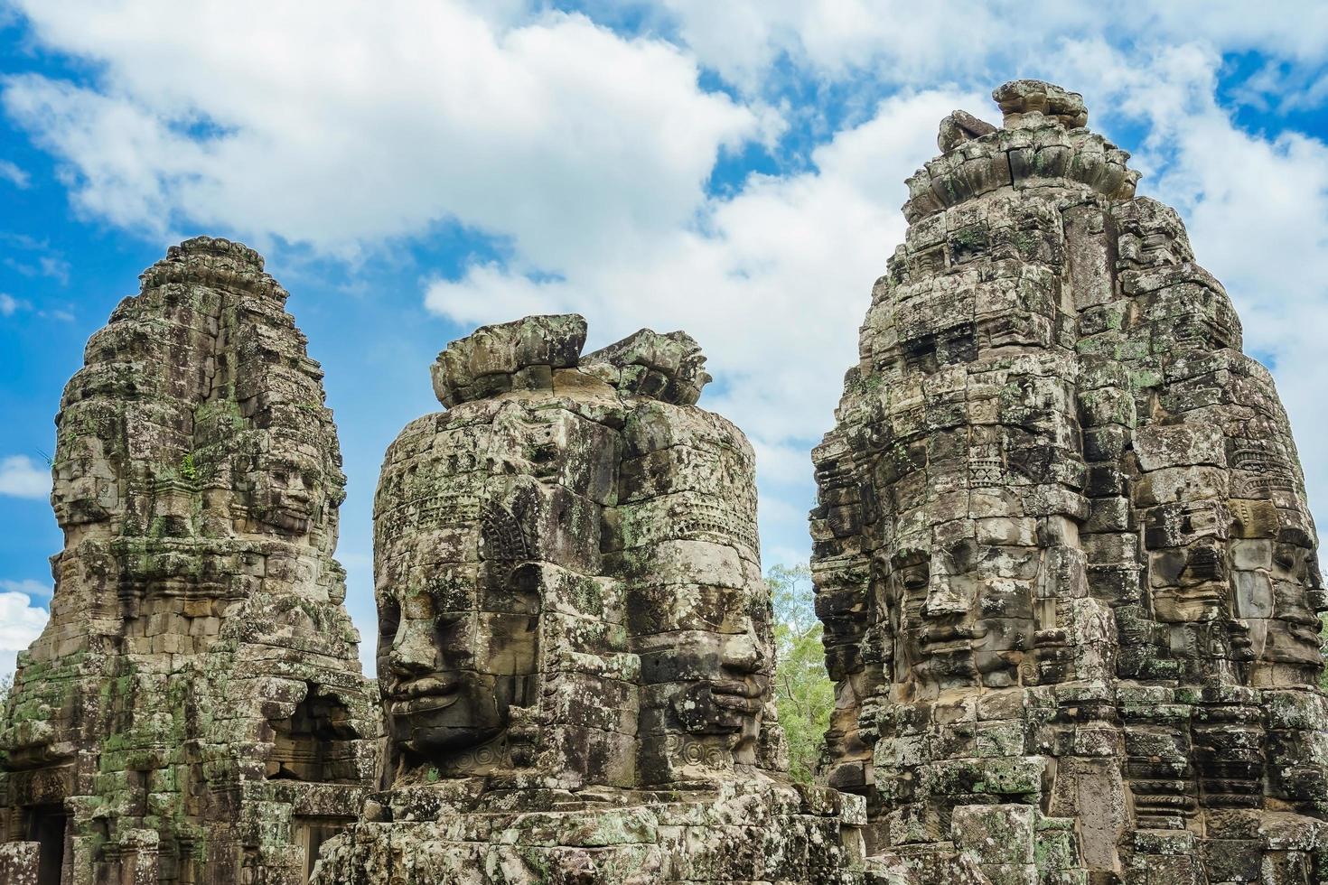 Visages de pierre antiques au temple du Bayon, Angkor Wat, Siam Reap, Cambodge photo