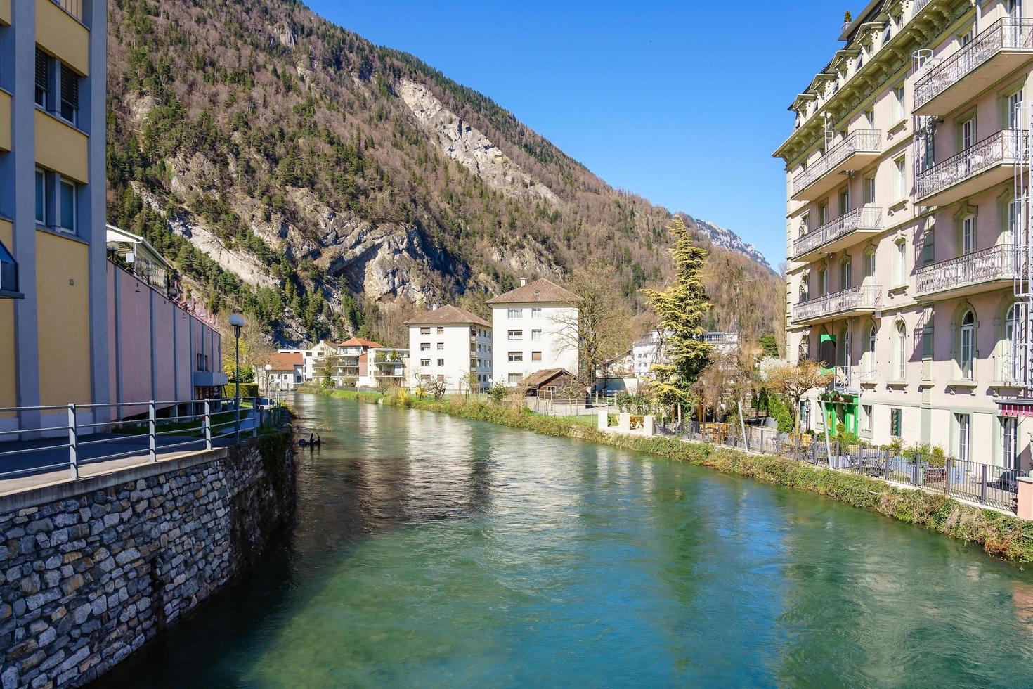 vieille ville et canal du lac d'interlaken, suisse. photo