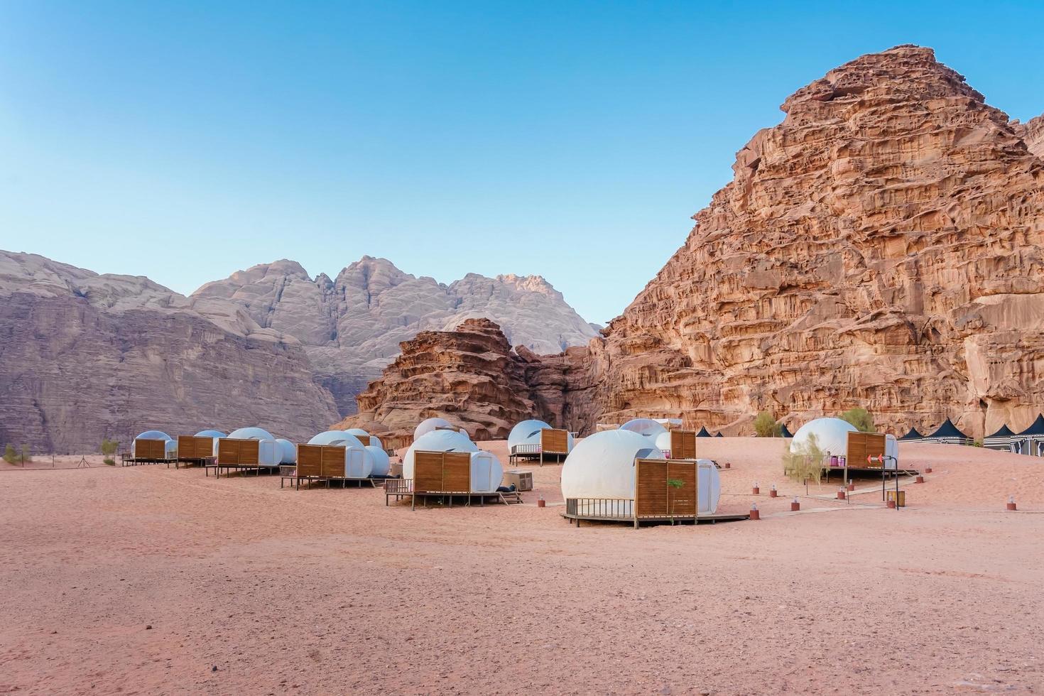 Camping le long des rochers à Petra, Wadi Rum, Jordanie photo