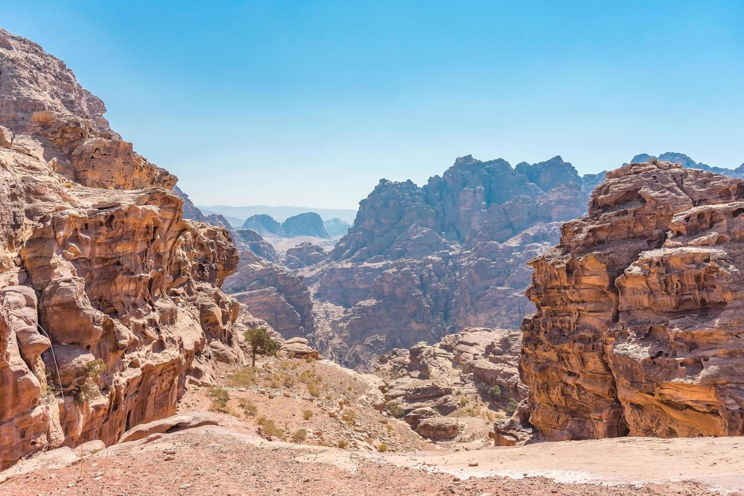 Vue sur les rochers et chemin vers le monastère de Petra, Jordanie photo