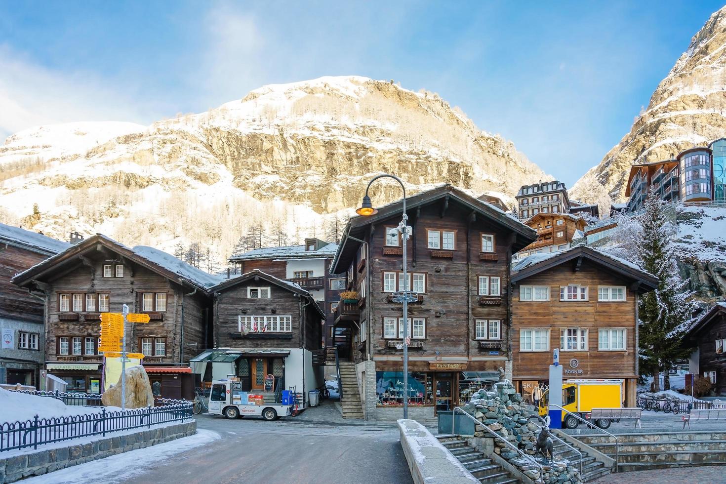 rue à zermatt en suisse, 2018 photo