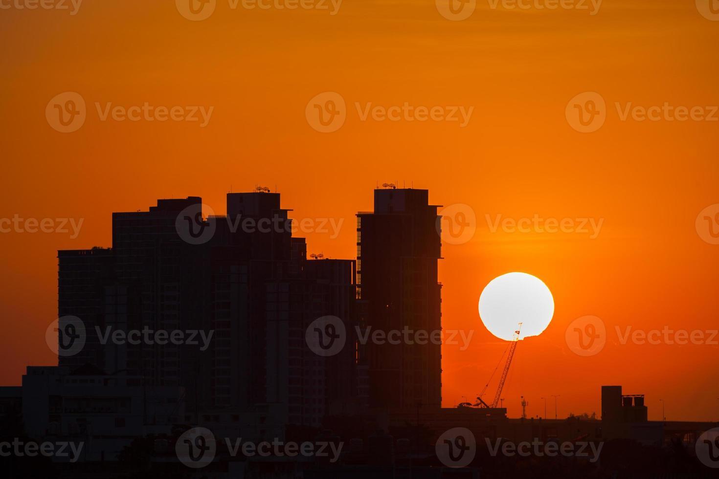 silhouette de bâtiments au coucher du soleil photo