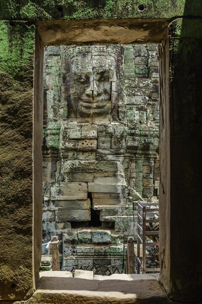 Visages de pierre antiques du temple du Bayon, Angkor Wat, Siam Reap, Cambodge photo